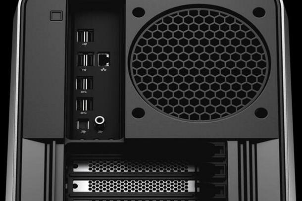 Area-51 facilita la conexión de dispositivos y la gestión de los cables exteriores.
